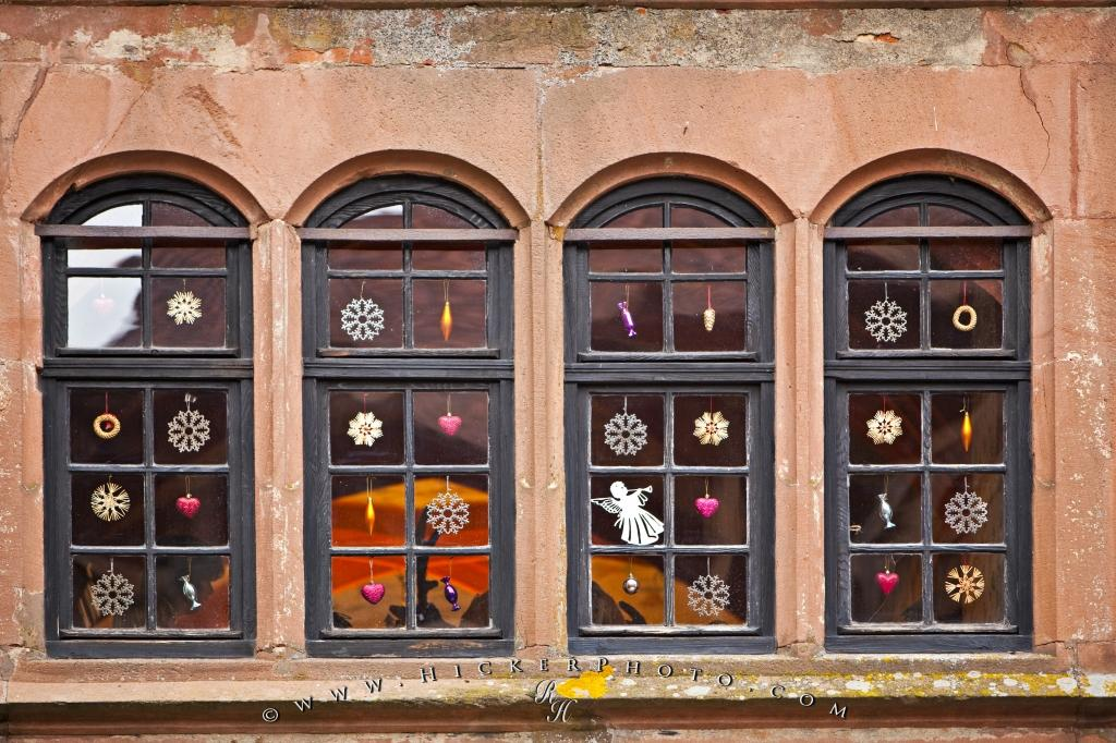 photo of the decorated windows of the ronneburg castle during the annual christmas market